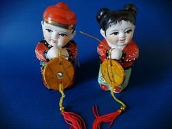 Kínai szerencsehozó arany fiú és jade lány szerencsepénzzel a kezükben, Feng shui