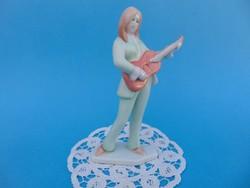 Gitáros lány Aquincumi porcelán