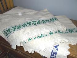 Antik hímzett néprajzi terítő, csipkebetétes , csipkeszéllel