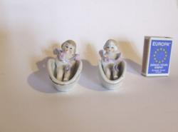 Régi antik picike, mini porcelán baba fürdőkádban vagy kosárban-2 db egyben, az egyik morcosabb