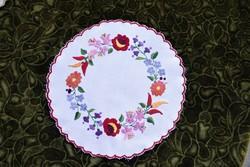 Hímzett kalocsai mintás dísz terítő , asztalközép lakástextil , dekoráció 29 cm