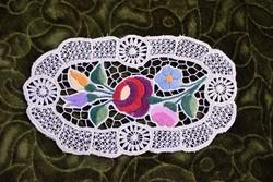 Hímzett riselt kalocsai mintás dísz terítő , asztalközép lakástextil , dekoráció 21 x 12 cm