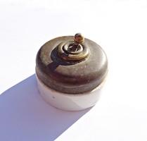 Régi réz és porcelán villanykapcsoló