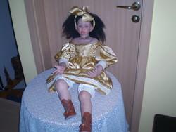 80 cm ülő porcelán baba