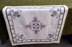 Szőttes vászonra úri hímzés mintás díszterítő , kis terítő , asztalközép 72 x 65 cm