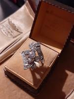 Ezüst gyűrű ragyogó cirkóniákkal dúsan foglalt