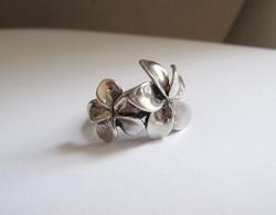 Fényes ezüst gyűrű, két nagy virággal
