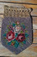 Meseszép ,antik gyöngy gobelin bélelt kisasszony zsebkendőtartó ,emlék,levél tartó, horgolt  záródás