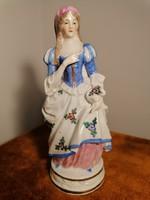 A kétarcú porcelán figura