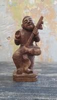Keleti zenészt ábrázoló kis fa szobor