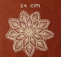 Fehér kerek, horgolt kis terítő, vitrin terítő, vitrinkendő, 24 cm