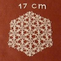Fehér, hatszögletű kis horgolt terítő, vitrin terítő, vitrinkendő, 17 cm