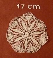 Kerek, fehér horgolt terítő, vitrin terítő, vitrinkendő, 17 cm