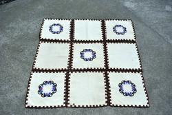 Gyapjúval hímzett mintás dísz terítő asztalközép futó 67 x 67 cm