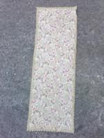 Brokát jellegű asztali nagyfutó fémszálas csipkével