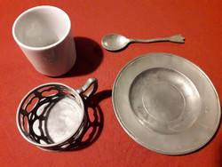 Régi, jelzett porcelán csésze jelzett ón kerettel, csészealjjal és kanállal