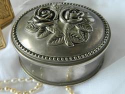 Mívesen kidolgozott ezüstözött fém díszdoboz, ékszerdoboz