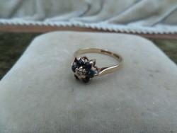 Arany gyűrű valódi kék zafírokkal és pici brillel