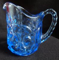 Anjou liliomokkal díszített kis kék kiöntő