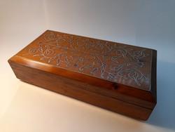 Fémszál-berakással díszített fa doboz