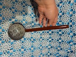 Barna zománcos szűrős merőkanál vagy gyűjteménybe