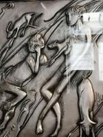 Ezüst  925 finomságú lemezből cizellált ,emberi jelenetet ábrázoló absztrakt stílusú falidísz.