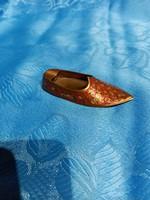 Sárgaréz papucs formájú hamutál ,indiai motívumos