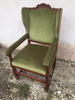 Különleges formájú füles fotel
