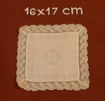 Anyagában mintás kis terítő, vitrin terítő, vitrinkendő csipke szegéllyel, 16 x 17 cm