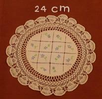 Kerek, fehér terítő azsúros, nefelejcsekkel hímzett középpel, horgolt szegéllyel, 24 cm