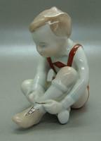 B411 Drasche cipőt húzó fiú - hibátlan szép állapotban