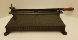 Antik papírvágó és fényképészeti guillotine. Könyvkötészeti szerszám.