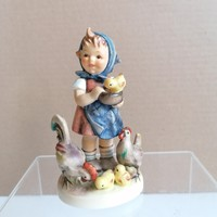 Hummel porcelán figura: Kislány a baromfiudvarban
