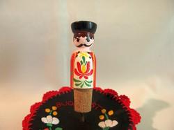 Kézzel Kalocsai mintával festett férfi fa bábu parafa dugó 9 cm magas
