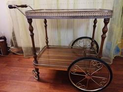 Esztétikus és praktikus zsúrkocsi fából, csipkézett fém szegélyekkel, italtartóval