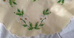 Margaréta mintás kerek, kézi hímzett terítő - Új