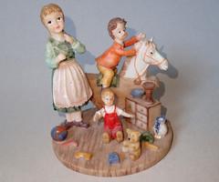 Régi, szépen festett, mázatlan porcelán biszkvit talpas gyerek szobor figura