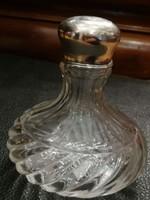 Ezüst  címeres disszel kupak és  kézzel csiszolt kristály parfümös üveg..