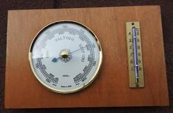 Időjós barométer fa alapon hőmérővel