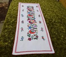 Hímzett azsúrozott mintás vászon díszterítő , futó terítő 85 x 34 cm magyar néprajz kézimunka