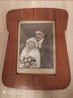 Esküvői fotó, egyedi formájú fa keretben. A keret mérete: 34cmx42cm.