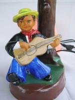 Kerámia lámpa gitározó fiú