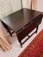 Praktikus asztal kis helyen elfér, de 6 személyessé alakítható, fekete