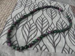 Eredeti fazettált rubin zoizit gyönyörű nyaklánc (8mm)