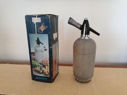 Régi retro nagy méretű hálós fémhálós üveg szódásszifon dróthálós és doboz