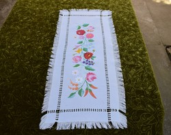 Hímzett azsúrozott kalocsai mintás díszterítő , asztal közép , futó terítő hímzés 80 x 31 cm + rojt
