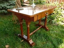 Különleges lábú, eredeti antik biedermeier dió íróasztal az 1800-as évekből szép állapotban