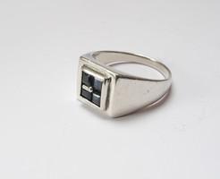 Mutatós, kékköves férfi ezüst pecsétgyűrű.