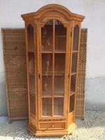 Fenyő vitrines szekrény alul egy fiókkal