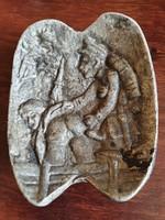 Pajzán, erotikus jelenetet ábrázoló háborús hamutartó alumíniumból